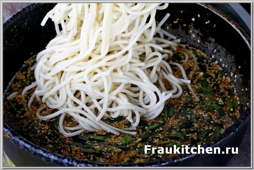 Спагетти уже готовы, осталось их прогреть