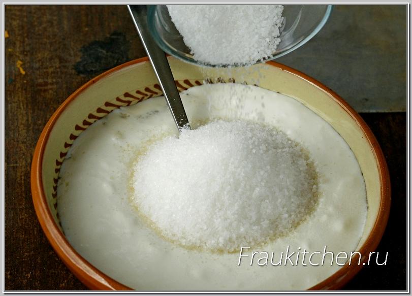 Для более быстрого растворения сахара сметану лучше брать комнатной температуры