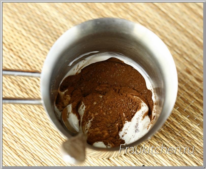 Глазурь очень простая -сахар, сметана и какао