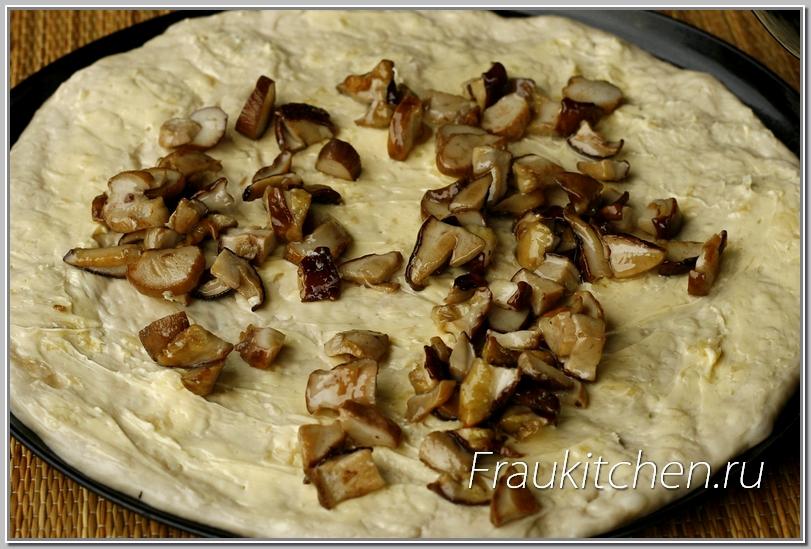 Грибов не должно быть много, толстый слой грибов вкуса не улучшит