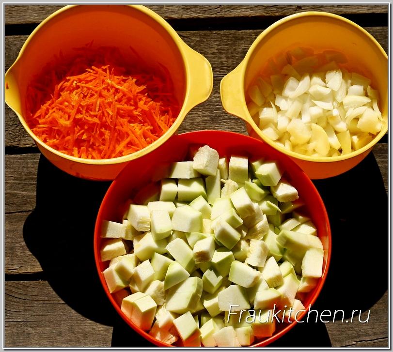 Овощи резать не очень крупно, чтобы быстрее тушились