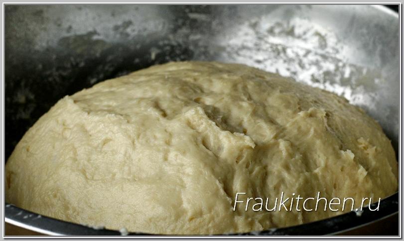 Видно, как тесто после холодильника увеличилось в объеме и изменило структуру