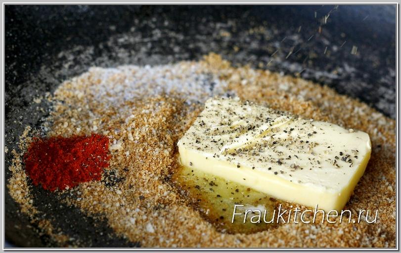 хлебные крошки пропитываются маслом и пряностями