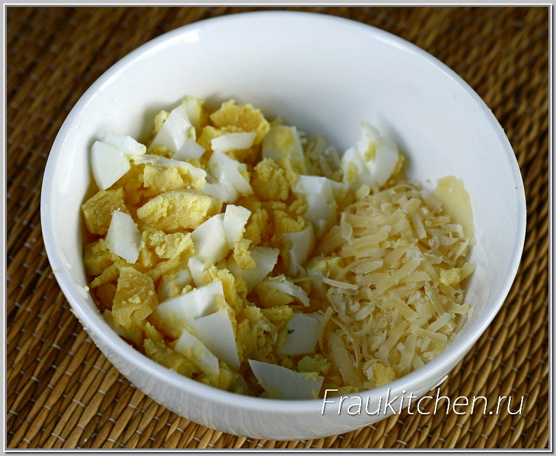 Крупные кусочки яиц будут красиво смотреться в готовом блюде