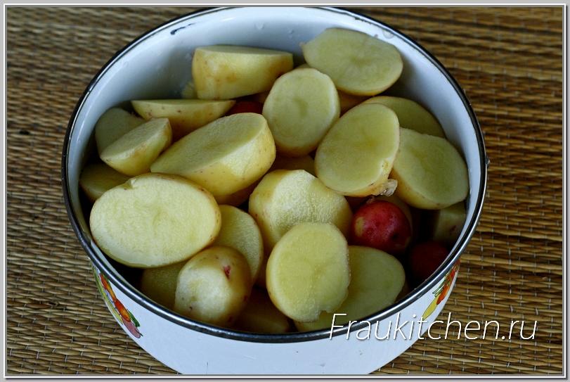 Молодой картофель не обязательно чистить, достаточно слегка ободрать шкурку