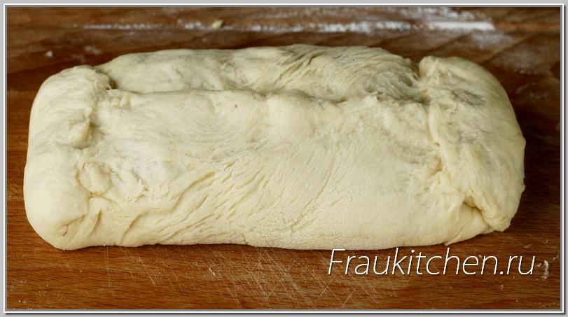 Кулебяка из холодного дрожжевого теста легко формируется руками