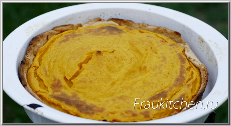 Трещины на поверхности тыквенного пирога говорят о готовности