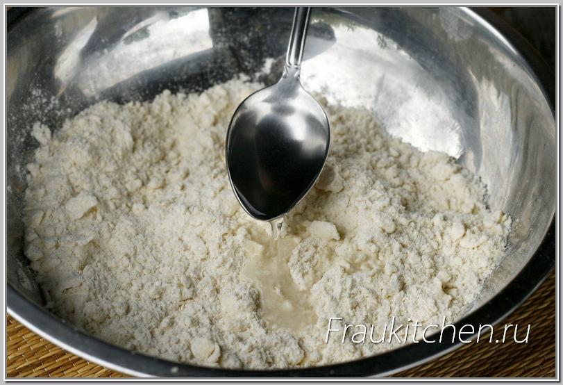 Воды для тыквенного пирога добавляется в тесто меньше, чем обычно