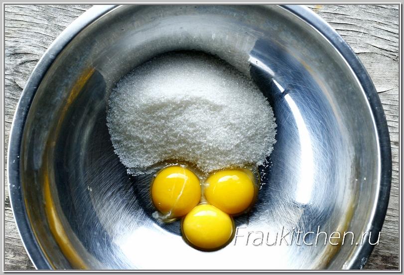желтки смешиваются с сахаром