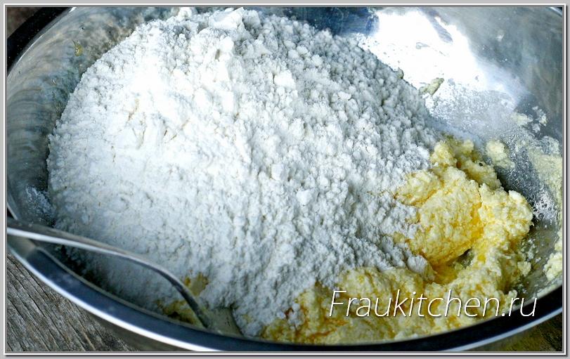 Муку лучше просеять и добавить щепотку соли