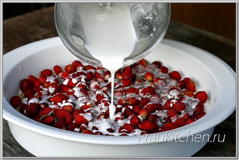Заливка образует с ягодами нежную начинку земляничного пирога