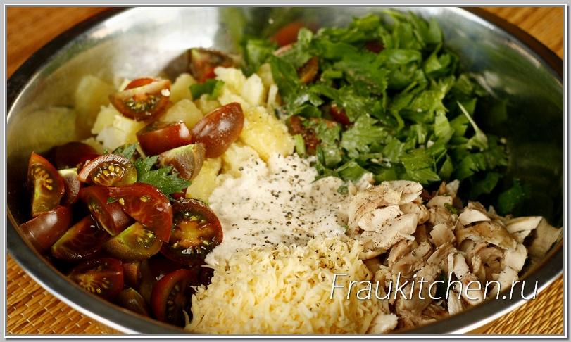 Заправлять и перемешивать салат из курицы лучше прямо перед подачей