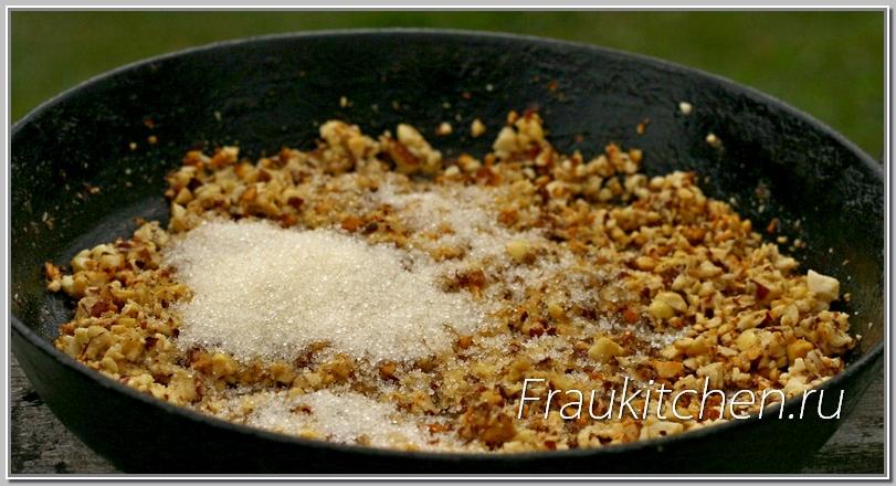 Чуть орехи потемнели- добавляем соль, сахар