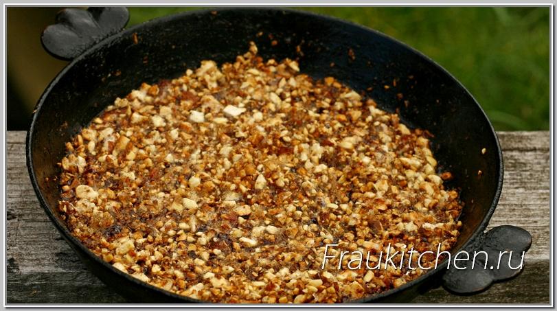 Помешивать остывающий арахис, пока не перестанет слипаться