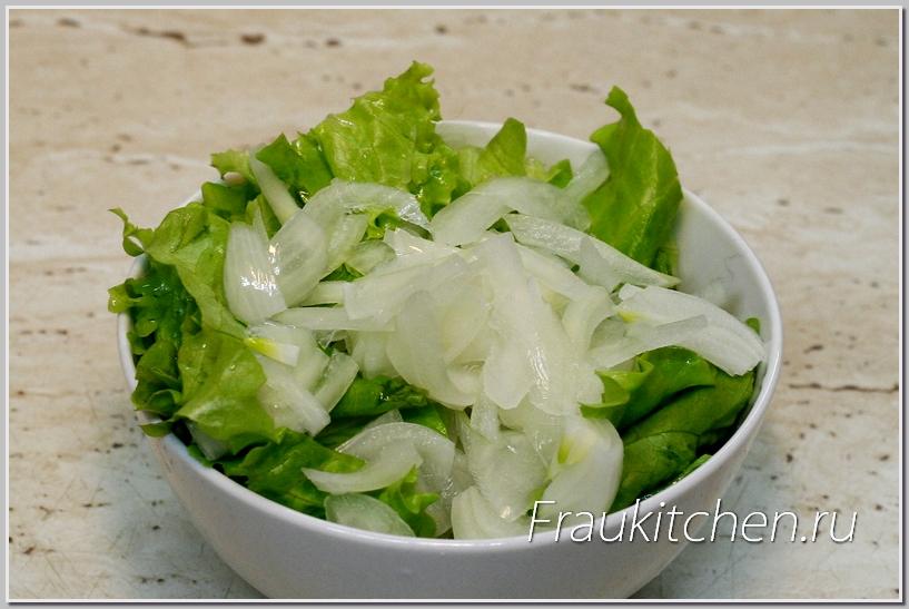 Лук и листья салата