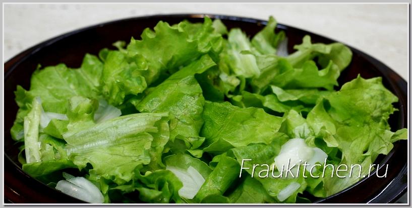 Листья салата с луком