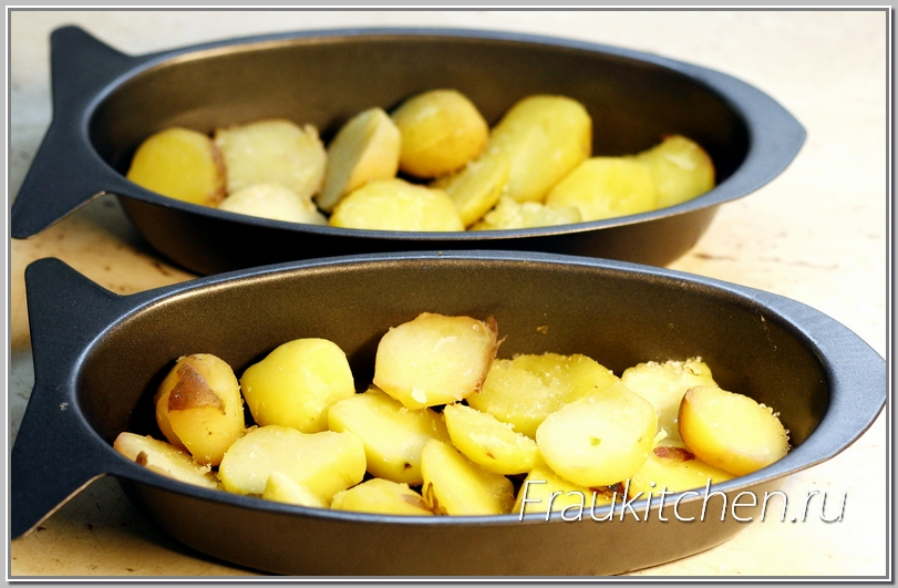 Картошку укладываем на дно формы